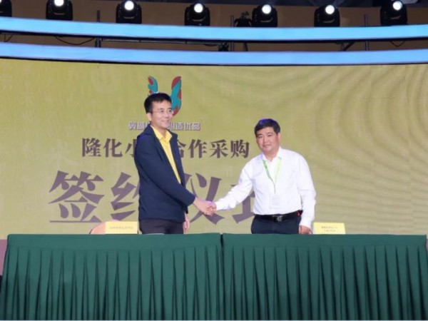 朱鹏代表山西小米运营中心与翼城县隆化小米签约合作